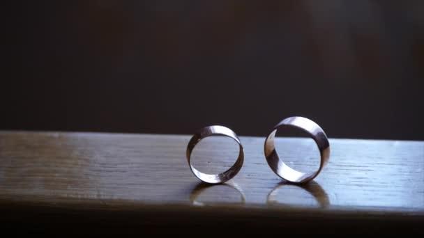 snubní prsteny na dřevěném pozadí