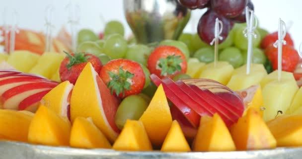Hiteles büfé, válogatott friss gyümölcsök, bogyók, citrusfélék.