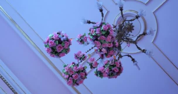 Kronleuchter Mit Blumen ~ Hochzeit kronleuchter mit blumen geschmückt u stockvideo