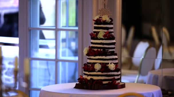 Esküvői torta decoraited bogyókkal