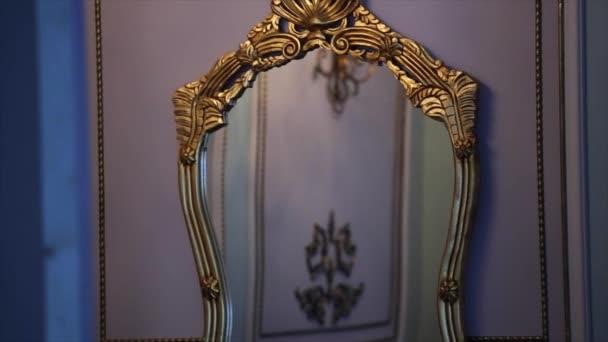 arany vintage tükör, a falon