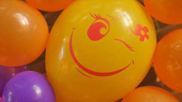 Barevné banda narozeniny balóny létání pro párty a oslavy