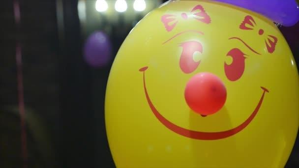 Bunter Strauß von Geburtstagsballons zum Feiern und Feiern