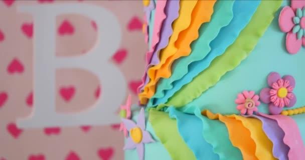 torta di compleanno gustoso bella e regali su sfondo di colore