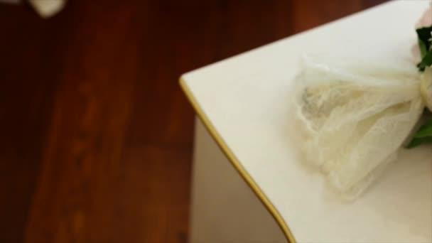 Krásné bílé svatební boty na bílé vinobraní nočním stolku