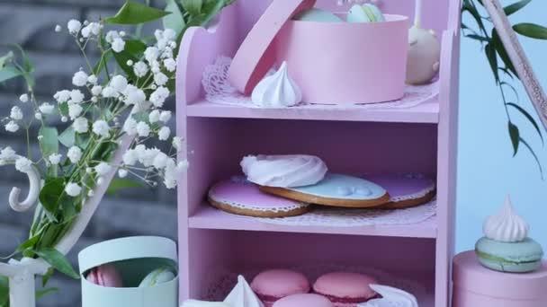 Svatební tyčinku, zdobené tabulka sladkosti a květinami, pečivo
