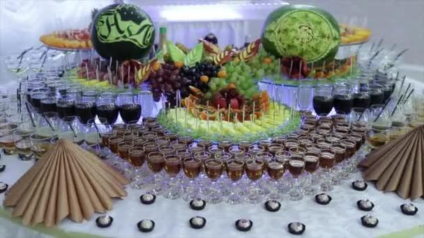 Bunte tropische Obst-Buffet mit Getränken