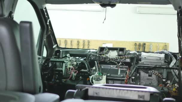 demontovány přední části auta v garáži