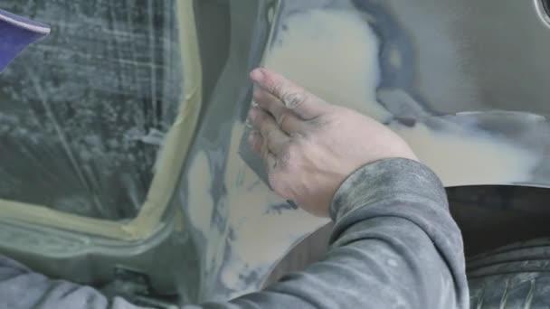 Automatické opravy série tělo: pracuje na tmel