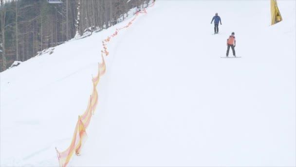 Lyžování Sjezdové lyžování ve vysokých horách proti sněhu