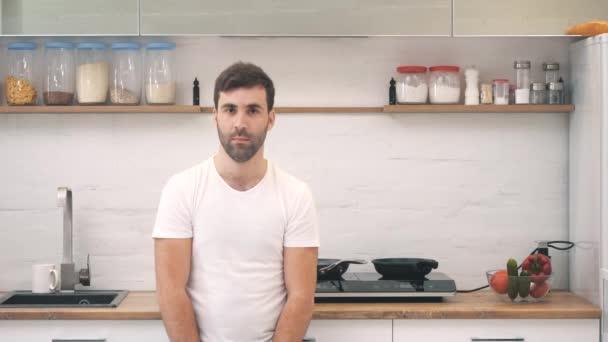 4k video von jungen mann auf küche gehen, um etwas zu kochen.