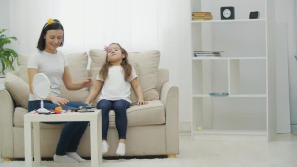 4k-Zeitlupenvideo von zwei Frauen, die mit Kosmetik auf der Couch sitzen.