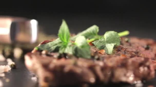 Hovězí steak na desce s kořením.