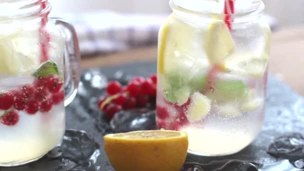 Két pohár házi készítésű limonádét, frissítő nyári ital, citrom, menta detox.