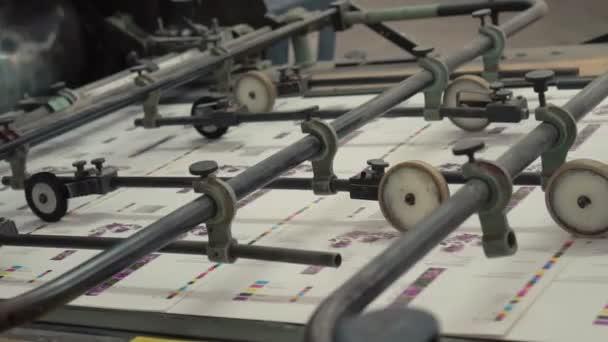 tiskový stroj při práci