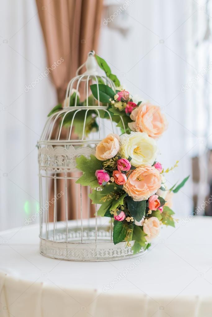 Weissen Kafig Mit Blumen Als Dekoration Fur Hochzeit Stockfoto