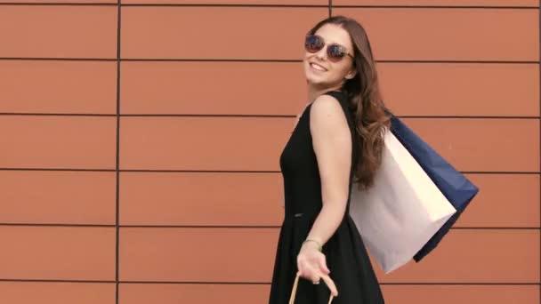 Šťastná mladá žena vystupují proti oranžové pozadí