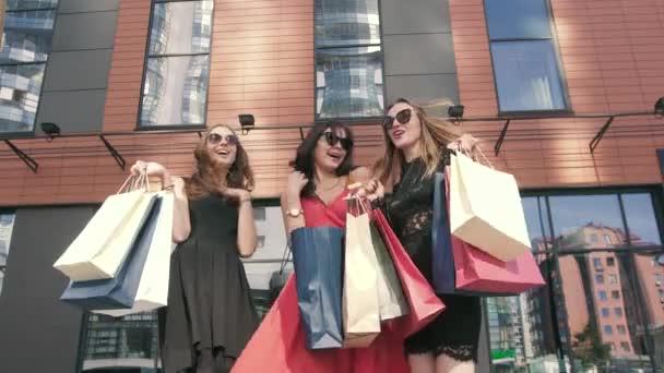 Tři atraktivní kamarádky setkání po nakupování den