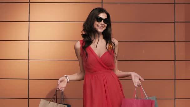 Světlou mladá žena vlny její nákupní tašky