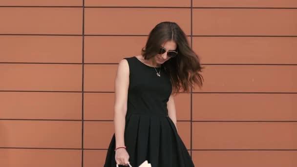 Usmívající se dívka otočí s nákupní tašky