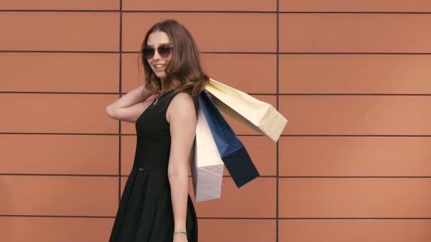 Portrét nakupování žena otočila s nákupní tašky. Zpomalený pohyb