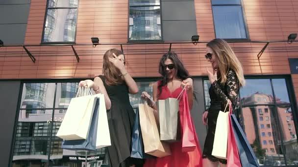 Tři atraktivní ženy, diskuse o jejich nákupní den