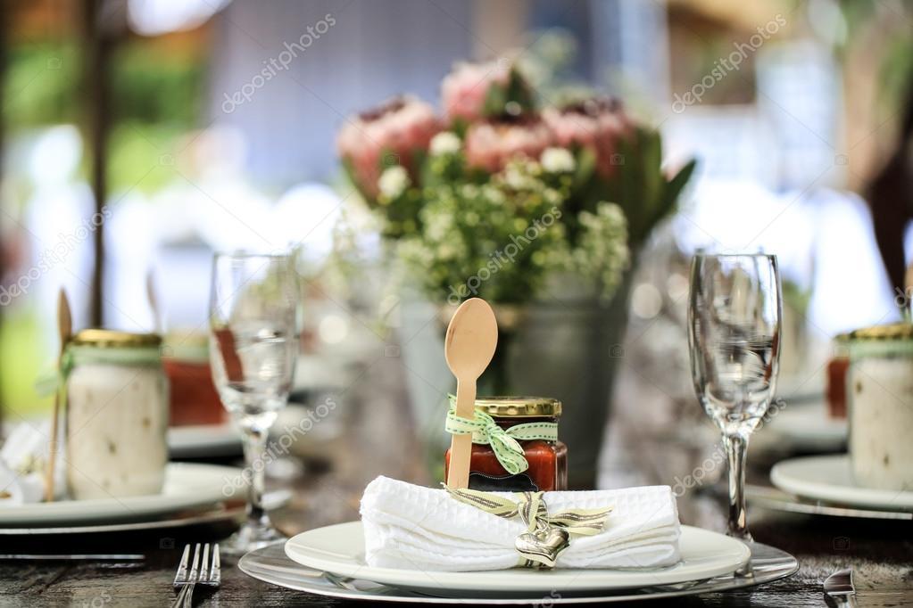 Loffel Aus Holz Und Glas Marmelade Als Tischdekoration Stockfoto