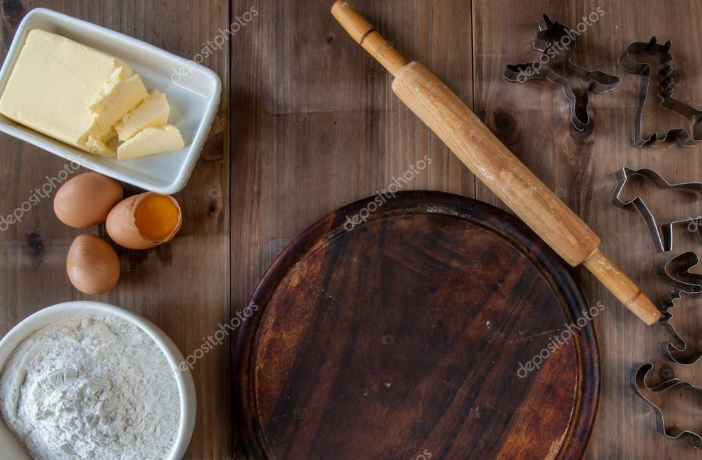 table rustique en bois avec tout ce dont vous avez besoin pour la cuisson des biscuits. Black Bedroom Furniture Sets. Home Design Ideas