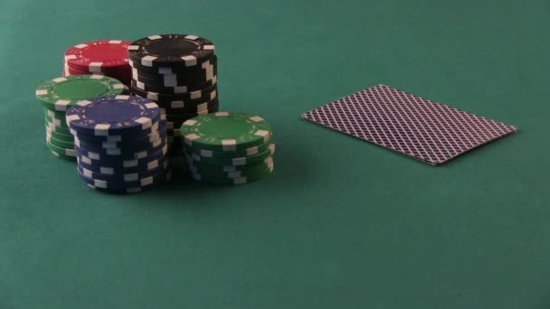 Giocatore di poker Mostra buone carte. Double Aces. Tavolo da poker.