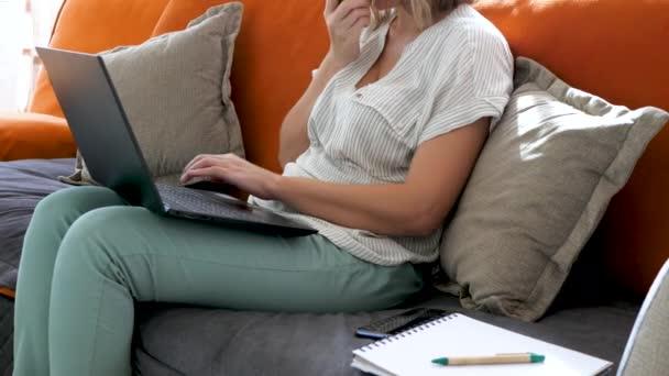 Frauen tippen mit der Hand Text auf schwarzem Laptop