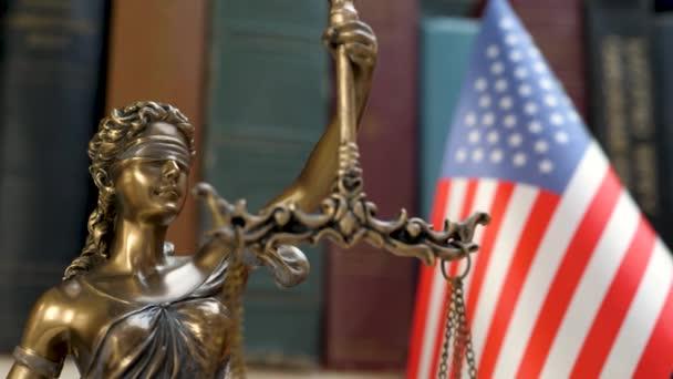 Lady igazságszolgáltatás szimbólum USA zászló és könyvespolc háttér