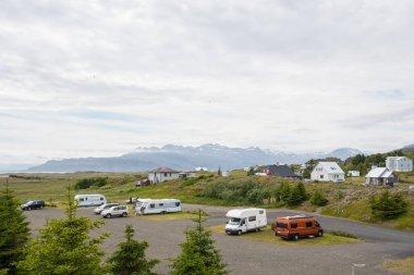 Doğu İzlanda 'daki Djupivogur kamp alanındaki motorlu evler ve karavanlar