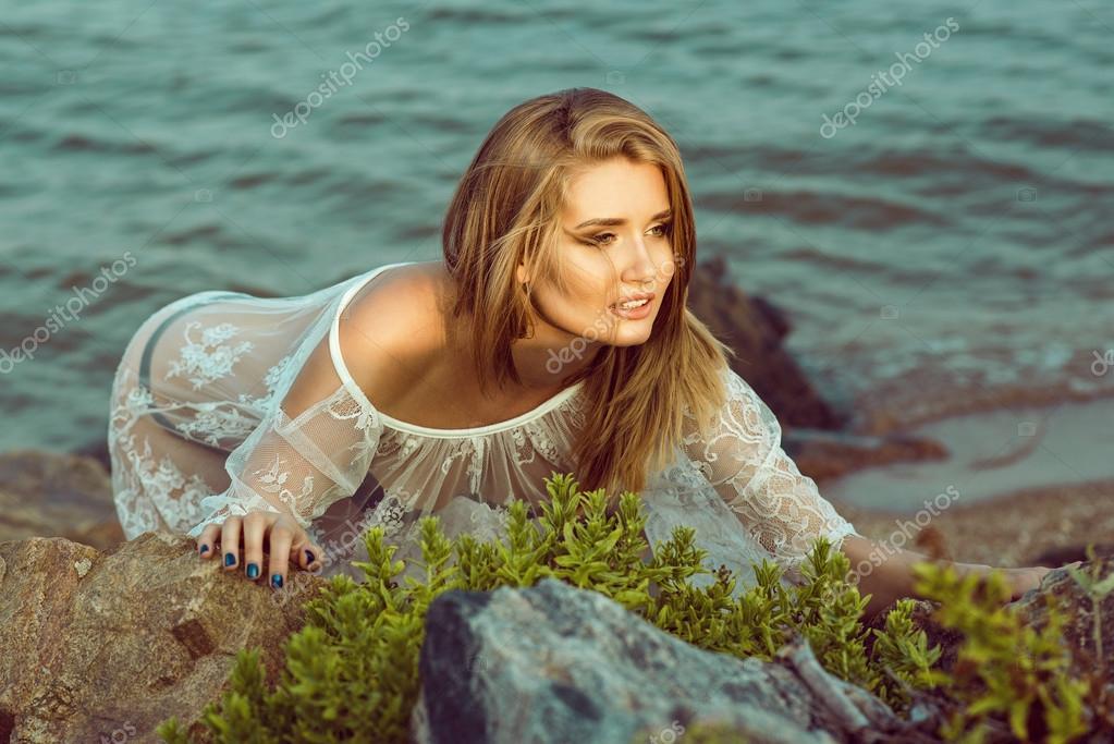 Фото девушек в мокром прозрачном нижнем белье у воды фото 125-986