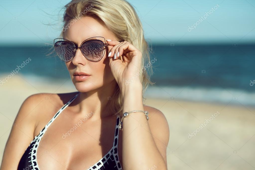 Блондинки в очках и в купальнику на пляжу картинки фото 373-195