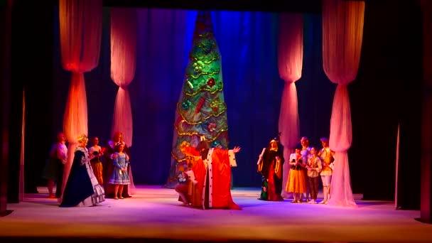 KAM YANSKE, UKRAINE - 29. DEZEMBER 2020: Der Nussknacker und der Mäusekönig, aufgeführt von Mitgliedern des Lesya Ukrainka Theaters aus Kamenskoje.