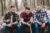 vousatí muži v lese