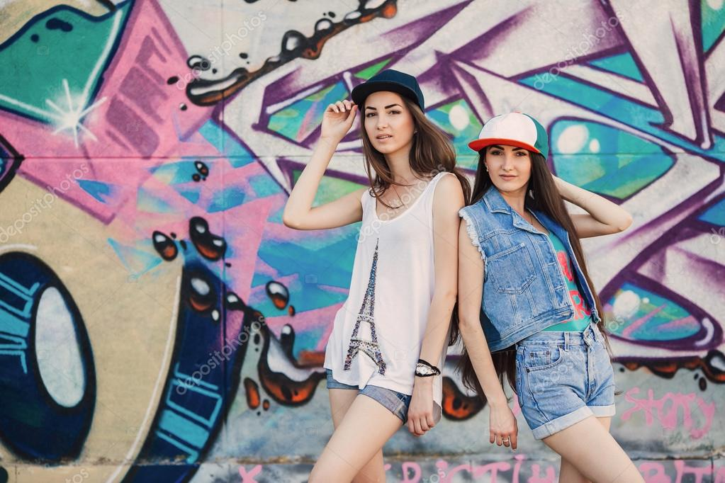 imágenes chidas de graffitis de amor jóvenes junto a la pared de