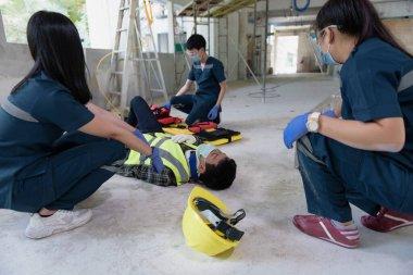 İşyerinde geçirilen kafa yaralanmaları, duygu kaybı, kol ve bacaklarda fonksiyon kaybı ve hastanın nakli için ilk yardım eğitimi için acil tıbbi yardım..