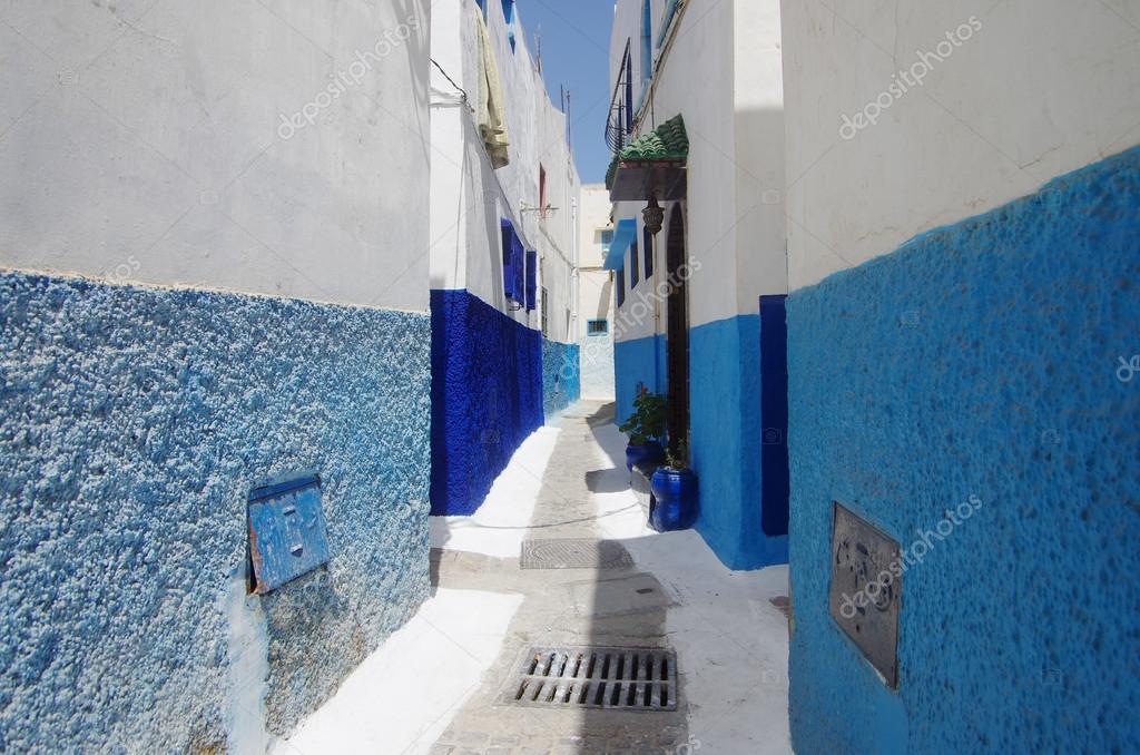 Rabat Calle Paredes Pintadas De Blanco Y Azul Fotos De Stock - Paredes-pintadas-de-azul