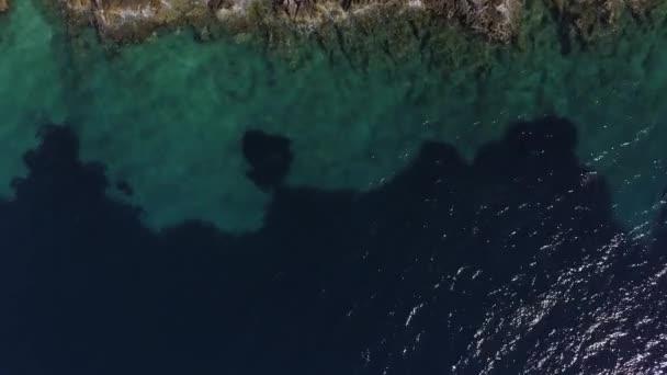 Jaderské moře, vlny zřítilo na ostrov, skalnaté pobřeží Chorvatska. Středozemní moře, útesy a čistou vodou. Letecký snímek, slunce oslnění nad vodní hladinou