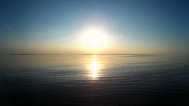 krásný západ slunce u moře. klidné moře s ptáky na nebi. Úžasné barvy