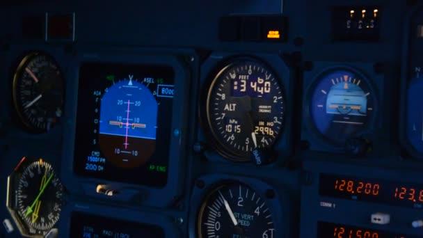 Pilot im Cockpit eines Flugzeugs, Instrumente des Flugzeugs