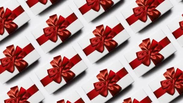 Karácsonyi minta fehér ajándék dobozok íj, elszigetelt fehér háttérrel. Stop mozgás fotózás koncepció.