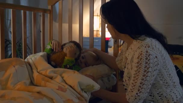 Anya lefekteti a gyereket az ágyba puszi fej alvás előtt. Takarózz be, készülj a lefekvésre. 2x Lassított mozgás 60 FPS