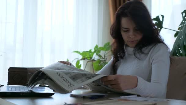 Businesswoman Reading Business Newspaper Financial News Article. Ženská ekonomie. Manažerka. 2x Zpomalený pohyb 60 fps 4K