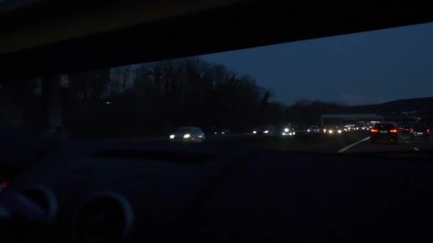 POV Windschutzscheibe Ansicht Auto fahren schnell auf der Autobahn in der Nacht. Frankreich Europa
