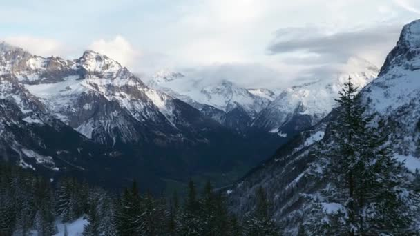 Panorama Balmeten - Oberalpstock - Witenalpstock - Chli Windgallen - Bristen - Hoch Geissberg Mountains. Malebné švýcarské Alpy. Scénický Snowcapapped Peaks. Švýcarsko Evropa. Zpomalený pohyb