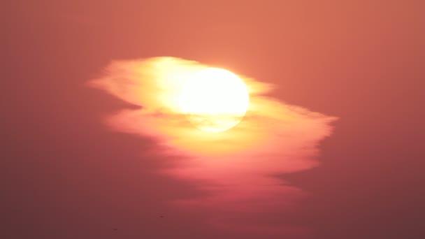 Západ slunce za malý mráček