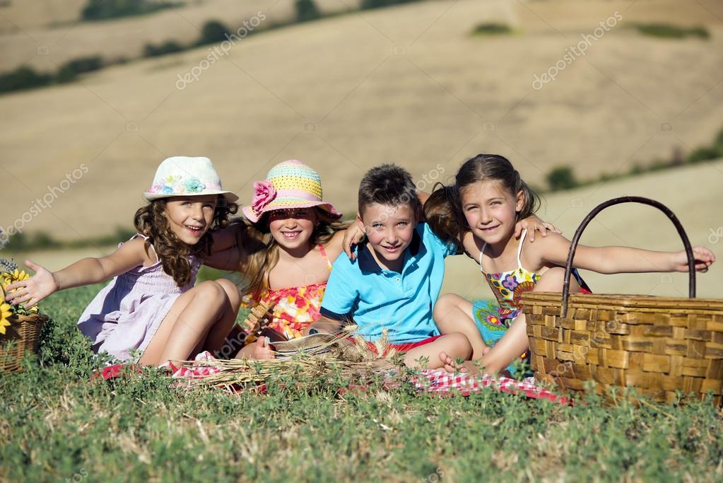 un groupe d enfants en bas ge sur un pique nique photographie blumka 121302902. Black Bedroom Furniture Sets. Home Design Ideas