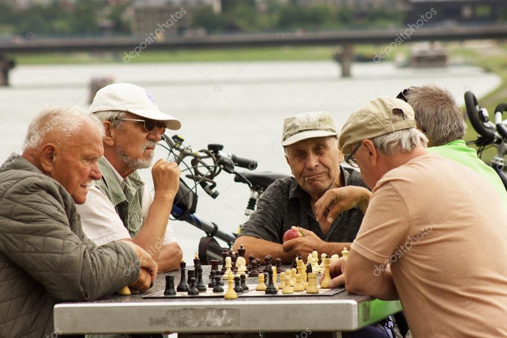 Картинки по запросу фото старики играют в шахматы